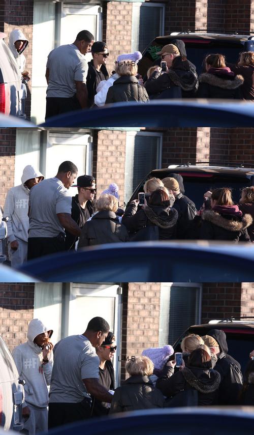 Justin et des fans devant un studio