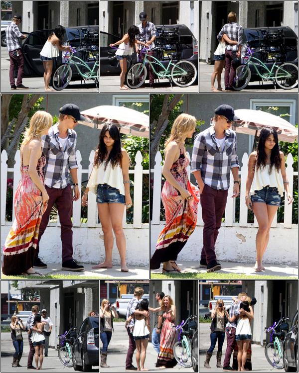 baby-v-and-mr-efron 06/05/2012 :  Vanessa & Austin ont acheté un vélo à la maman d'Austin pour son anniversaire.baby-v-and-mr-efron