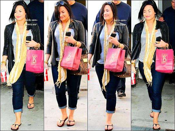 28/04/11 : Demi et son beau-père arrivent à l'aéroport de L.A.