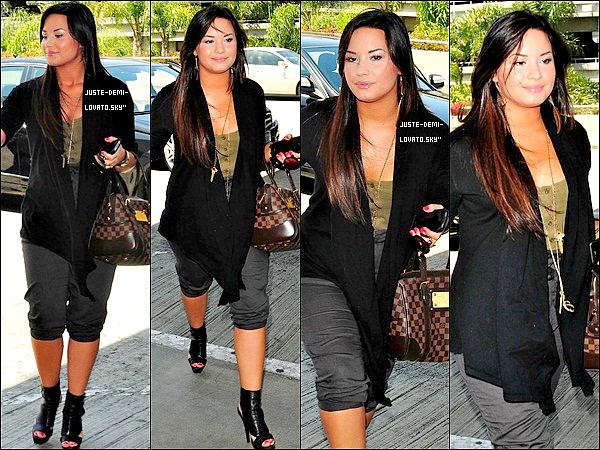 06/05/11 : Demi et sa s½ur  arrivant à l'aéroport de L.A !