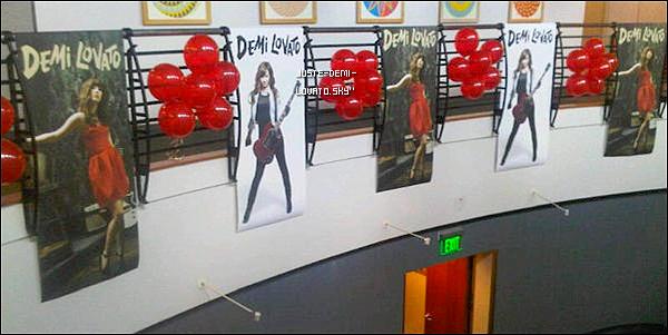 """16/02/11 :Demi reçoit son prix , à Los Angles, l'album """"Don't Forget"""" est disque d'Or !Ton avis ?"""