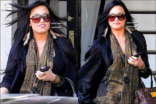 21/04/11 :Demi sortaite du coiffeur, et  faisant du shopping chez « Urban Outfitters » à L.A !