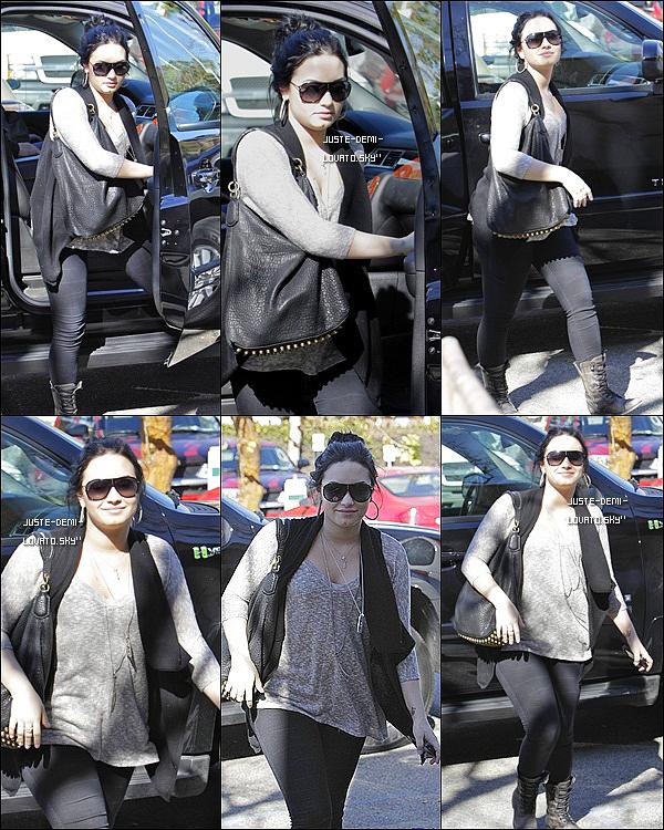 03/02/11: Demi se rendait au centre « A New Journey » de L.A. (encore et encore)