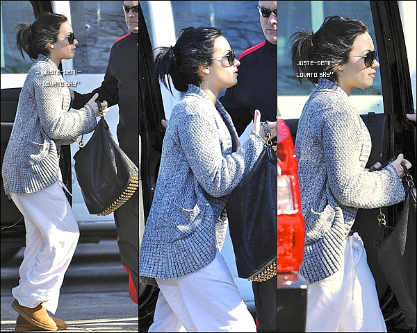 02/02/11 : Demi a été aperçu arrivant à son centre à Santa Monica.