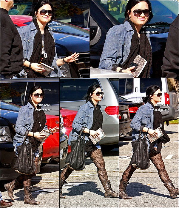30/01/11:[/c ]Demi faisait  du shopping  à « Sherman Oaks Galleria », à L.Angeles.