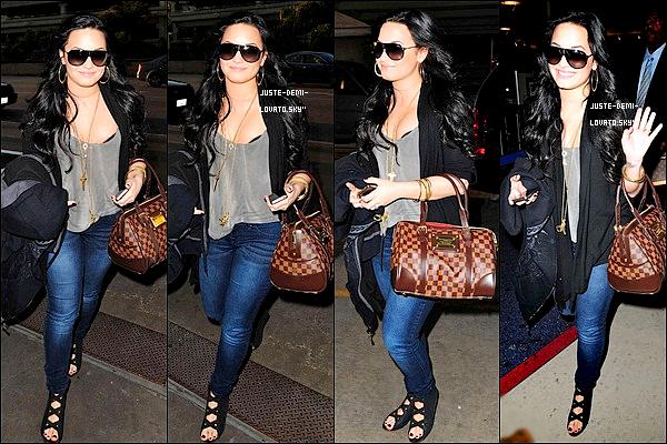 10/03/11 : Demi ainsi que sa famille étaient à l'aéroport de Los Angeles pour aller à Dallas ! (au Texas).