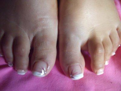 Renforcement des ongles de pieds + french blanche + 4 déco artifice bordeau  doré + 2 strass goutte d\u0027eau diamant