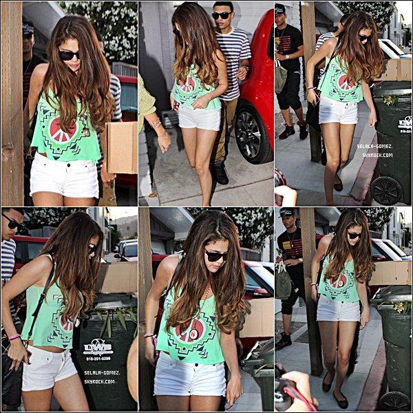 . 02/07/12 :  Selena arrivant et s'amusant à la fête d'anniversaire d'Ashley Tisdale ! Look : C'est un bof. Tu en penses quoi ? :)  .