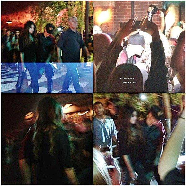 . 30/06/12 :  Selly a été aperçus mangeant une glace dans un parc en Californie en compagnie de Justin ! Un jour avant elle a aussi étévu à Disney Land toujours avec son boyfriend ! Look : J'adore ses boots ! C'est un TOP simple pour moi ! Tu en penses quoi ? :)  .
