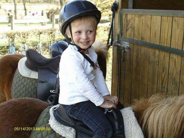 Ines sur un poney
