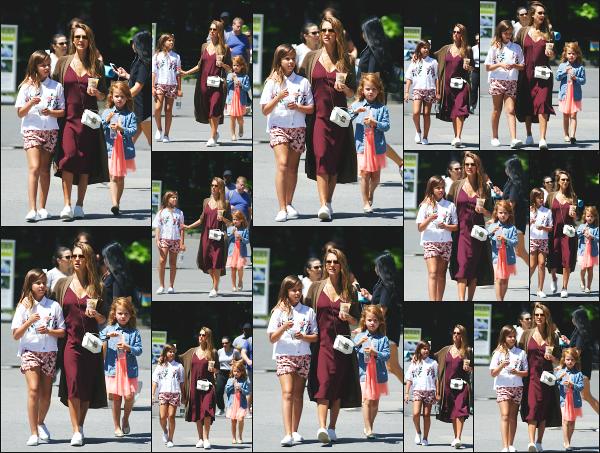- 04.08.17 ─ Notre belle Jessica Alba est photographiée avec ses filles, se promenant dans les rues de New York !![/s#00000ize]C'est encore une fois avec ses deux filles que Jess est aperçue, mais sans son mari qui ne doit pas être du voyage ! J'aime bien sa tenue, c'est son style ! -