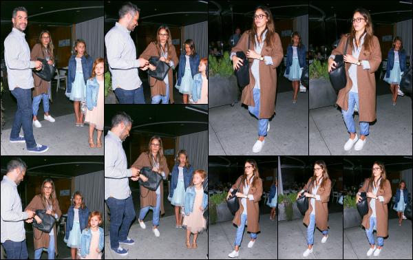 - 07.06.17 ─ Notre Jessica Alba est photographiée alors qu'elle quittait le restaurant « Katsuya » dans Los Angeles.[/s#00000ize]Après plusieurs jours sans nouvelle de notre petite famille préférée, c'est en quittant un restaurant que nous les retrouvons. J'aime bien la tenue de Jess ! -