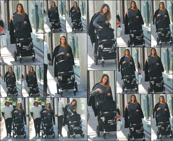 - 22.02.18 ─  Notre belle Jessica Alba est photographiée alors qu'elle se promenait avec son fils dans Los Angeles ![/s#00000ize]Jessica est toujours avec Hayes ainsi que la nounou Connie ! Une tenue un peu plus sympa, mais toujours aussi ample ! C'est donc un petit flop pour moi -