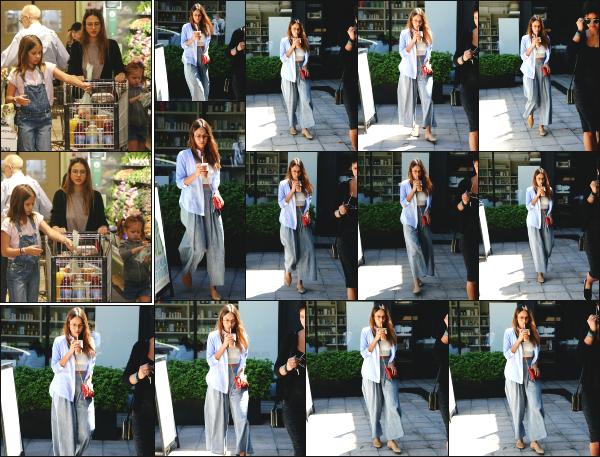 - 30.04.17 ─ La ravissante Jessica Alba est photographiée alors qu'elle se promenait dans les rues de Los Angeles.[/s#00000ize]La veille, Jessica s'est rendu au supermarché pour faire quelques courses en compagnie de ses deux filles. La tenue qu'elle porte lui va très bien ! Un top   -