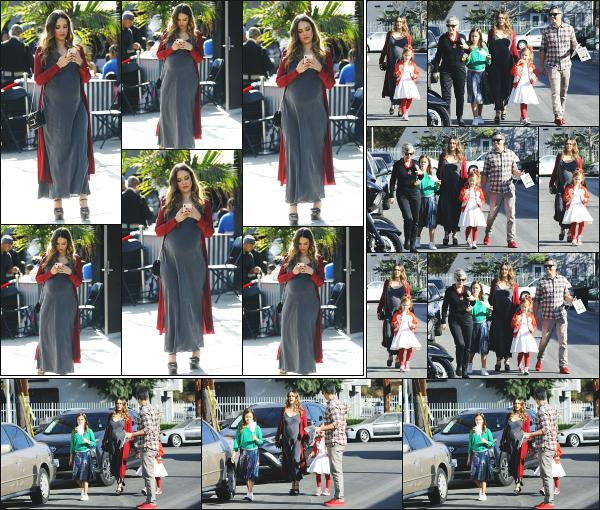 - 17.12.17 ─ Notre Jessica Alba est photographiée, arrivant à la « Lyft Community Holiday Fiesta » à Los Angeles ![/s#00000ize] Jessica était accompagnée de toute sa petite famille ce jour là, y compris de son bidon qui est vraiment énorme à présent ! Une jolie tenue, un beau top !  -