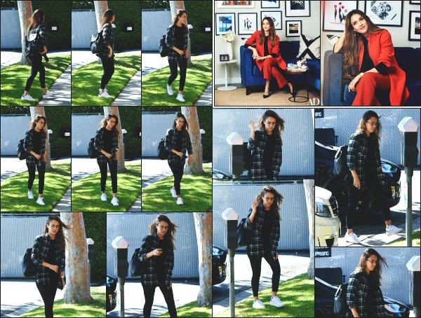 - 20.04.17 ─ La belle Jess Alba est photographiée, alors qu'elle allait dans un immeuble de bureaux à Los Angeles ! [/s#00000ize]Jessica portait une tenue très basique mais que j'aime vraiment beaucoup cette fois ! La chemise passe toujours très bien portée de cette façon. Beau top   -