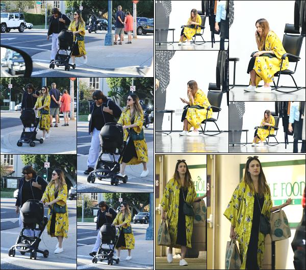 - 08.02.18 ─  Jessica' Alba est photographiée alors qu'elle allait faire du shopping dans les rues de - Beverly Hills ![/s#00000ize]Toujours en compagnie de son fils Hayes en poussette ainsi que de Connie, la nounou, Jessica est allée faire un peu de shopping dans la boutique YSL ! -
