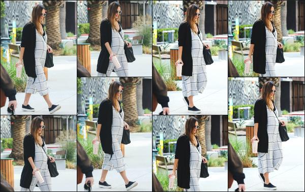 - 04.12.17 ─ Notre ravissante Jessica' Alba  est photographiée, arrivant à son bureau dans la ville de Santa Monica ![/s#00000ize] Notre Jessica porte une combinaison qui ne l'a met pas trop en valeur je trouve car elle est assez ample, avec toujours sa petite boisson à la main. Un top  -