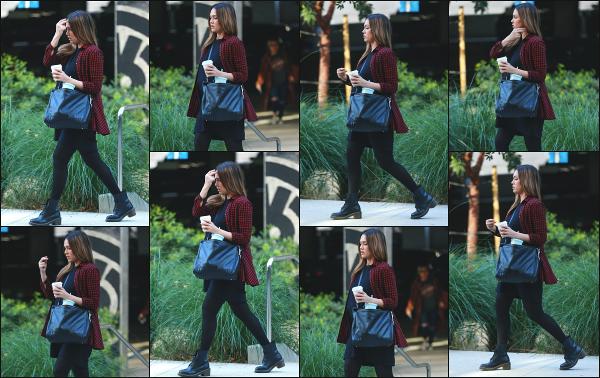 - 28.11.17 ─ Notre ravissante Jessica' Alba  est photographiée, arrivant à son bureau dans la ville de Santa Monica ![/s#00000ize] Notre Jessica à de nouveau optée pour une tenue très sombre, mais j'aime plutôt bien ce look là personnellement ! Pour moi, c'est donc un très jolie top !  -