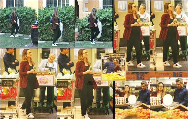 - 10.12.17 ─ La belle Jessica Alba  est photographiée devant une maison avec un coussin prénatal à West Hollywood[/s#00000ize] Un peu plus tard dans la journée, nous la retrouvons en train de faire des courses avec son mari dans Los Angeles ! Une tenue décontractée, un petit top   -