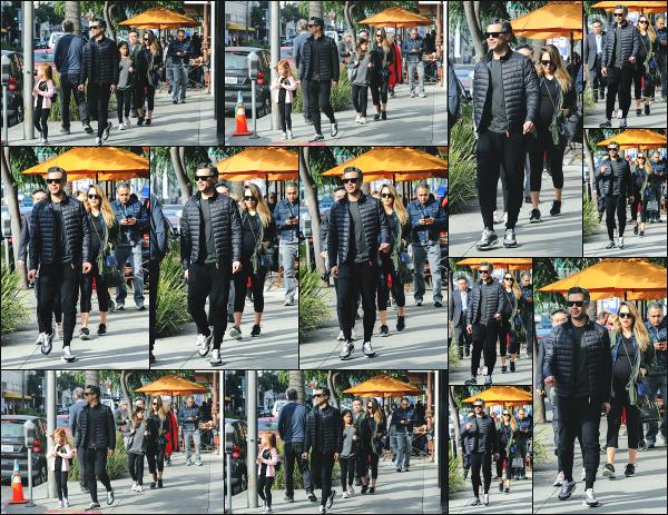 - 26.12.17 ─  Jessica Alba est photographiée allant déjeuner au « Nate'n Al's » avec sa petite famille à Beverly Hills ![/s#00000ize]La petite famille Alba Warren passe un de leur dernier moments à 4, avant l'arrivée du petit dernier ! Une tenue simple et confortable pour Jessica! Top ! -