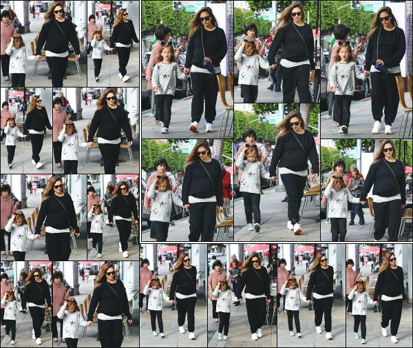 - 20.12.17 ─  Notre Jess' Alba est photographiée allant déjeuner au « Cabbage Patch » avec ses filles à Los Angeles ![/s#00000ize]Sa maman était également de la partie ce jour, c'est donc un déjeuner entre filles qui se présente ! Un gros flop pour la tenue de Jess, j'aime pas du tout -