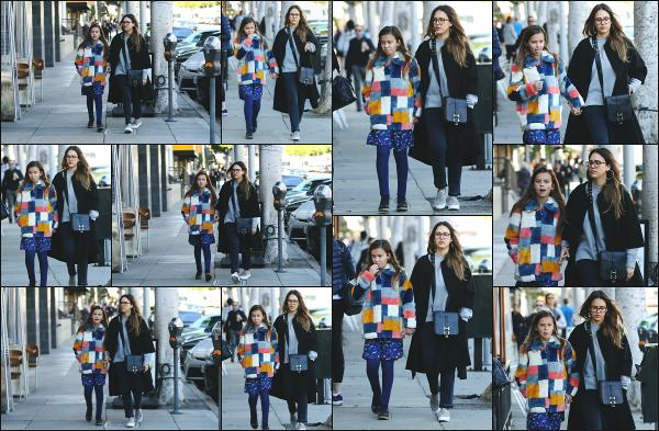 - 24.02.18 ─  Jessica est aperçue avec Honor alors qu'elles quittaient la boutique « Color Me Mine » à Beverly Hills ![/s#00000ize]Petite sortie entre mère et fille qui fait du bien ! Jessica sait accorder du temps à chacun de ses enfants au vue de ses précédentes sorties. Un beau top ! -