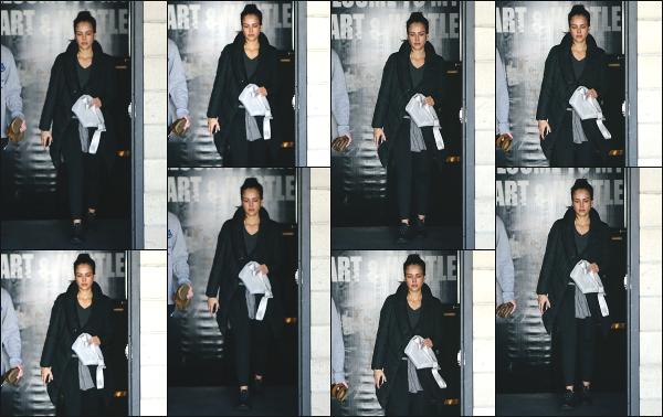 - 26.02.18 ─ Notre Jess Alba est photographiée alors qu'elle venait de quitter son cours de sport dans Los Angeles[/s#00000ize]Jessica A. portait une tenue de sport basique et très large pour le coup, comme à son habitude en ce moment ! Ce n'est pas sa meilleure tenue,  un flop !  -