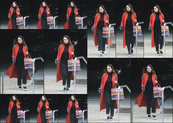 - 01.03.18 ─ La belle Jessica' Alba est aperçue alors qu'elle quittait les locaux de « Honest Beauty » à Los Angeles ![/s#00000ize]Jessica est donc de retour au boulot à en voir les photos, ou elle est simplement aller faire quelques petites chose ! Une veste colorée pour une fois, top !  -