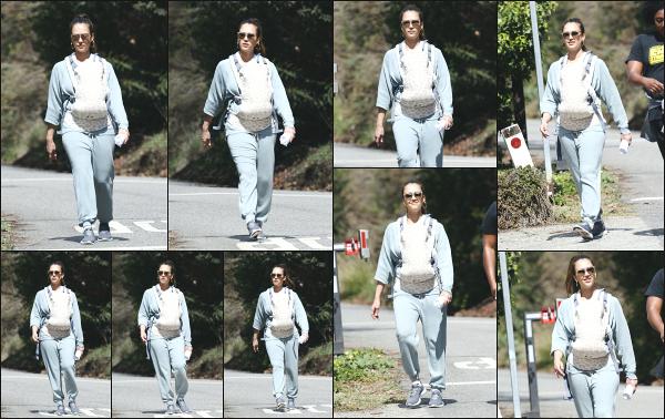 - 03.03.18 ─ Notre belle Jessica Alba est aperçue en pleine randonnée sportive avec son fils, Hayes à Los Angeles ![/s#00000ize]Petite séance de sport pour Jessica qui ne quitte pas son fils pour autant! Egalement accompagnée d'une amie à elle, elle profite du beau temps, un top !    -
