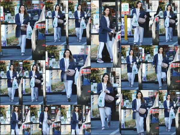 - 04.03.18 ─ Notre Jessica Alba est aperçue alors qu'elle sortait de la boutique « Trader's Joe » dans Los Angeles ![/s#00000ize]Après avoir fait quelque course, nous la retrouvons donc en quittant la boutique dans une tenue des plus décontractée ! C'est un jolie petit top pour moi !  -