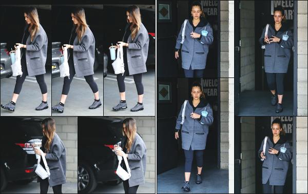 - 07.03.18 ─ Notre Jess Alba est photographiée alors qu'elle venait de quitter son cours de sport dans Los Angeles[/s#00000ize]Jessica A. portait une tenue de sport basique et très large pour le coup, comme à son habitude en ce moment ! Ce n'est pas sa meilleure tenue,  un flop !  -