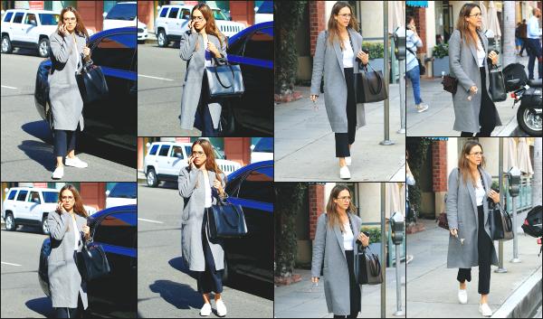 - 09.02.17 ─ La belle Jessica Alba est photographiée alors qu'elle se baladait dans les belles rues de Beverly Hills ! [/s#00000ize]J'aime beaucoup la tenue qu'elle portait ce jour là, c'est une tenue qui lui correspond parfaitement je trouve. Elle n'était pas très souriante par contre...   -