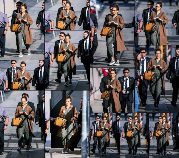 - 07.03.17 ─ La belle Jessica Alba est photographiée arrivant au studio de « Jimmy Kimmel Live » dans New York ![/s#00000ize]Jessica assistera donc a l'émission de Jimmy Kimmel le lendemain diffusé en direct ! La tenue lui va parfaitement bien et sont totalement son style. Top !    -