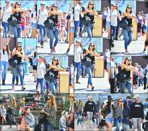 - 31.03.17 ─ Jessica Alba est photographiée ce jour là alors qu'elle était à Disney avec sa petite famille - Anaheim ![/s#00000ize]Jessica était accompagnée de son mari, ainsi que leur deux petites filles et quelques amis à eux. Pour la tenue, c'est très simple et confortable. Donc top! -