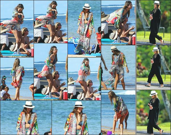 - 01.01.17 ─ Notre ravissante Jessica Alba est photographiée sur une plage en compagnie de petite famille à Hawaï[/s#00000ize] Une petite journée à la plage pour notre famille préférée ce jour là ! Ils ont bien raison de profiter en ce premier jour d'année 2017. Un très beau top !!   -