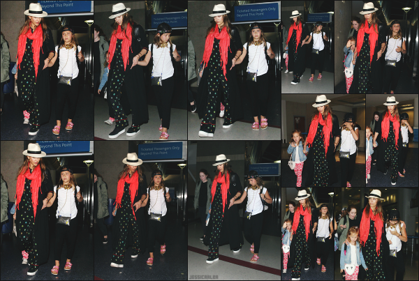 - 02.01.17 ─ La ravissante Jessica Alba est photographiée alors qu'elle arrivait à l'aéroport « LAX » de  Los Angeles ![/s#00000ize]Jessica rentre de ses petites vacances en famille à Hawaï ! Toute les bonnes choses ont une fin malheureusement pour elle... C'est un bof pour la tenue ! -