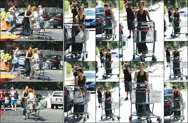 - 09.10.16 ─ Notre belle Jessica Alba  est photographiée, allant faire ses courses au « Bristol Farms » à Beverly Hills.[/s#00000ize]Là voilà de retour sur la côte californienne, dans son train-train habituel avec sa petite famille en allant faire ses courses, quoi de plus naturel. Beau top !  -