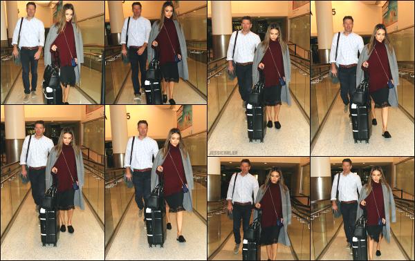 - 11.10.16 ─ La ravissante Jessica Alba est photographiée alors qu'elle arrivait à l'aéroport « LAX » de  Los Angeles ![/s#00000ize]Jessica revient d'un petit week-end à New York dont nous avons eu aucun suivie pour le moment. Je n'aime pas vraiment la tenue qu'elle porte! Petit flop -