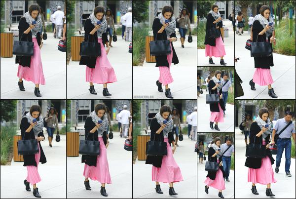 - 12.10.16 ─ La ravissante Jess Alba est photographiée alors qu'elle quittait un meeting dans la ville de Los Angeles[/s#00000ize]Retour en Californie veut aussi dire retour au travail pour Jess, finit les petites vacances ! Sa tenue est plutôt mignonne, la jupe rose relève bien le tout.  -