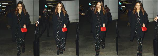 - 18.10.16 ─ La ravissante Jessica Alba est photographiée alors qu'elle arrivait à l'aéroport « LAX » de  Los Angeles ![/s#00000ize]Jessica revient d'un petit week-end à New York dont nous avons eu aucun suivie pour le moment. Je n'aime pas vraiment la tenue qu'elle porte! Petit flop -
