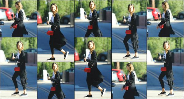 - 20.10.16 ─ La ravissante Jessica' Alba est photographiée alors qu'elle se promenait dans la ville de Los Angeles ![/s#00000ize]C'est avec son petit thermos à la main, certainement remplie de café que nous la retrouvons ce jour là ! Une tenue un peu négligé, elle nous a fait mieux!    -