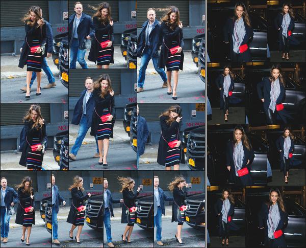 - 22.10.16 ─ La ravissante Jess Alba est photographiée alors qu'elle revenait à son hôtel dans la ville de New York ![/s#00000ize]Un peu plus tard dans la journée, c'est en allant dîner dans un restaurant en pleins New York que nous la retrouvons ! J'aime bien la tenue qu'elle porte ! -