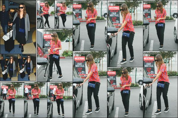 - 23.10.16 ─ La ravissante Jessica Alba est photographiée alors qu'elle arrivait à l'aéroport « LAX » de  Los Angeles ![/s#00000ize]Un peu plus tard dans la journée, c'est devant le supermarché Bristol Farms qu'elle a été photographiée avec quelques courses dont une grosse citrouille ! -