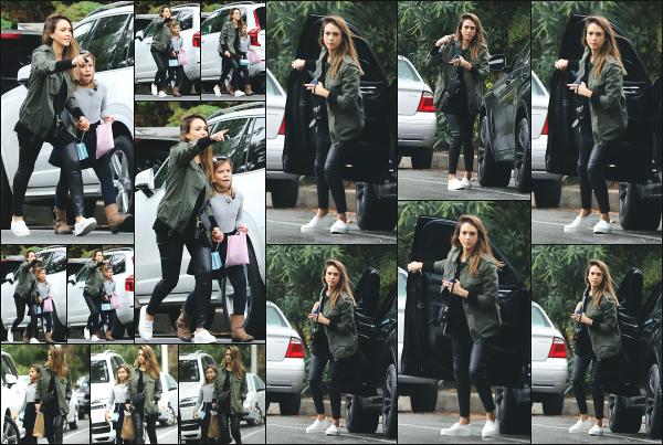 - 30.10.16 ─ La ravissante Jessica Alba  est photographiée avec sa petite fille Honor dans les rues de Beverly Hills ![/s#00000ize] Jessica profite d'un peu de temps libre pour s'accorder du temps avec l'une de ses filles, Honor. J'aime beaucoup la tenue qu'elle porte ce jour là.  Un top ! -