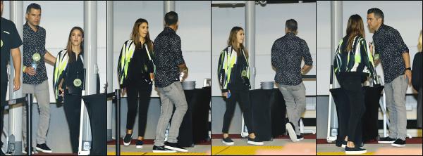 - 01.11.16 ─ Notre ravissante Jessica Alba est photographiée, assistant au concert de Kanye West dans Los Angeles[/s#00000ize]Petite soirée en amoureux, le couple s'accorde un peu de temps et en profite pour aller voir le concert de Kanye West au Staples Center... Un petit bof !!  -