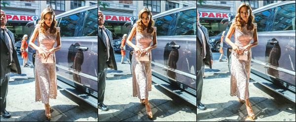 - 08.09.16 ─ Jessica' Alba est photographiée alors qu'elle se rendait sur le plateau « Live with Kelly » à New York ![/s#00000ize]Jessica est donc à présent à New York comme prévue, pour faire un peu de promo pour sa marque à l'occasion de la Fashion Week ! J'aime bien sa robe ! -
