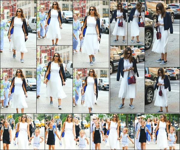 - 09.09.16 ─ Jessica est photographiée avec ses filles et des amis,  se promenant dans un parc de Soho à New York.[/s#00000ize]Jess s'accorde un peu de temps libre en compagnie de ses deux petites filles. Le soir, c'est en allant dîner au restaurant Buddy's qu'elle est aperçue à NY! -