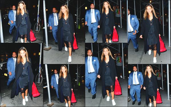 - 12.09.16 ─ Notre ravissante Jessica Alba est photographiée, allant dîner au restaurant dans les rues de New York.[/s#00000ize]Jessica prend un peu de bon temps pour elle avec quelques amis et elle a bien raison d'en profiter! Je n'aime pas trop sa tenue par contre. Un petit flop !  -