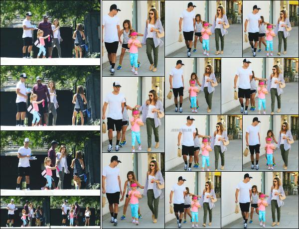 - 17.09.16 ─ Notre belle Jessica Alba est photographiée, allant chercher ses filles au cours de tennis à Los Angeles.[/s#00000ize]Après être aller chercher les filles à leur cours de tennis, c'est en direction d'un restaurant que nous les retrouvons en famille ! Une très jolie sortie, top ! -
